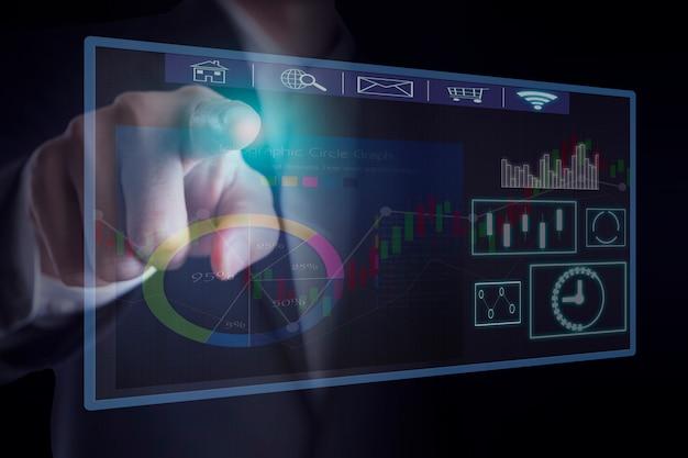 Рука костюма бизнесмена нося указывая на соединение значка интерфейса виртуального экрана касания