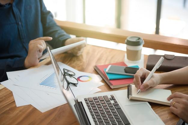 タブレット、ノートブック、ノートパソコン、フリーランス・ライターによるビジネス・チーム・ブリーフィング・マーケティング戦略