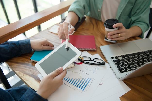 ホームオフィスでタブレットで事業チームのブリーフィングマーケティング戦略。