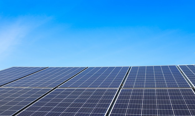 太陽電池と澄んだ青い空。