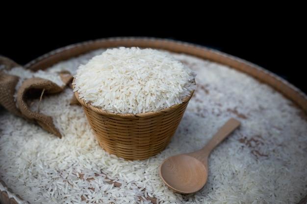 木製バスケットに白いご飯のクローズアップ。
