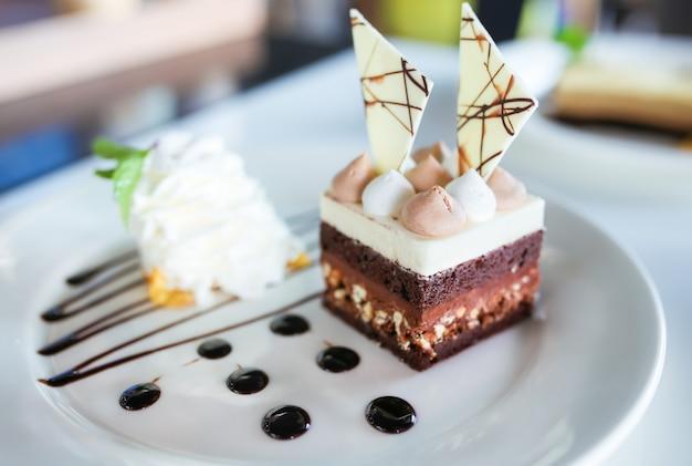 白いプレートにおいしいケーキ