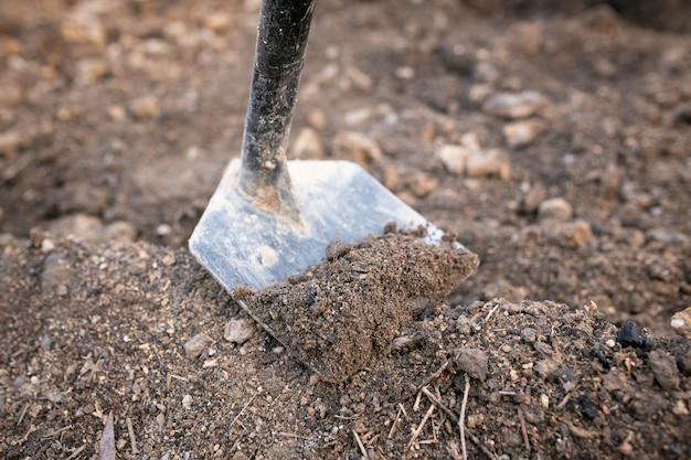 土を掘って小さな運河を作ったり、野菜畑を作るための鍬。