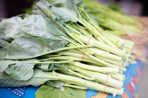 Свежая зеленая китайская листовая капуста на рынке.