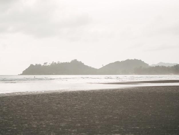 雷雨を伴う曇ったビーチが島に来る。