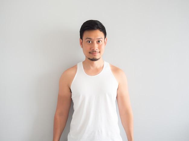 アジアの男性が腕の上で日焼けします。
