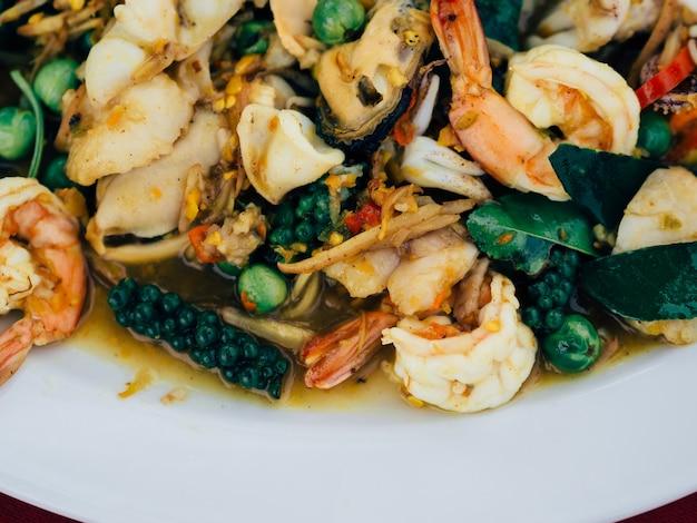 タイの揚げ物はスパイシーな海の食品を炒めます。