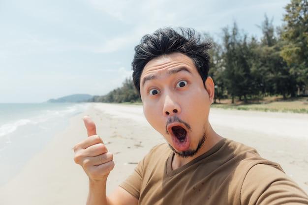 タイの浜辺で、自分自身の自己認識のワウと驚いた顔。