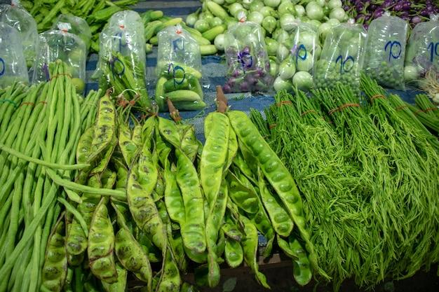 Свежие овощи продают на местном рынке.