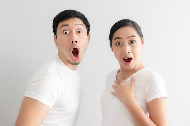 アジアカップル恋人の衝撃と驚きの顔。