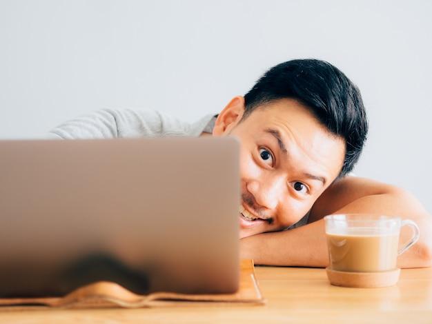 男のうわー顔はラップトップを使用します。