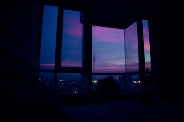 アパートの夕景。