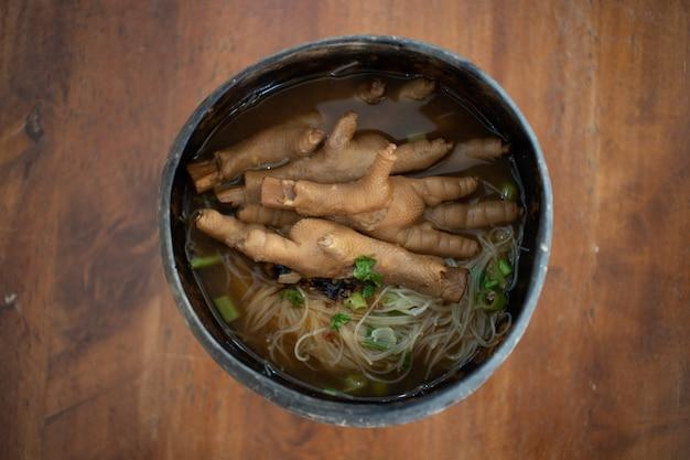 タイ風チキンスープ麺添えタイのココナッツボウル。