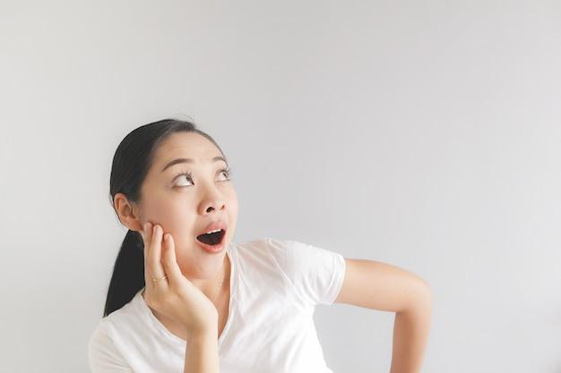 Угрюмое и сердитое выражение лица женщины в белой футболке. понятие обиженного злобного и угрюмого.