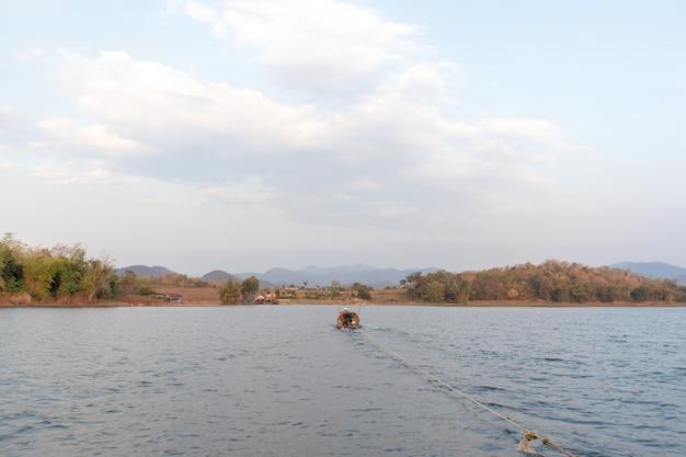 柔らかい明るい空と大きな湖の美しい自然の風景。
