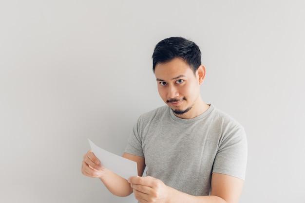 男は白いメールメッセージや請求書に満足しています。