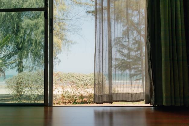 白い透明なカーテンが付いている家の静かな情景。