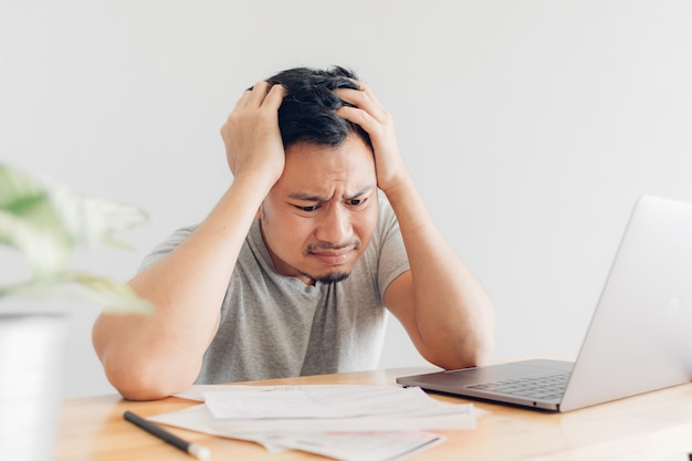 Грустный человек имеет проблемы с выставлением счетов и долгами.