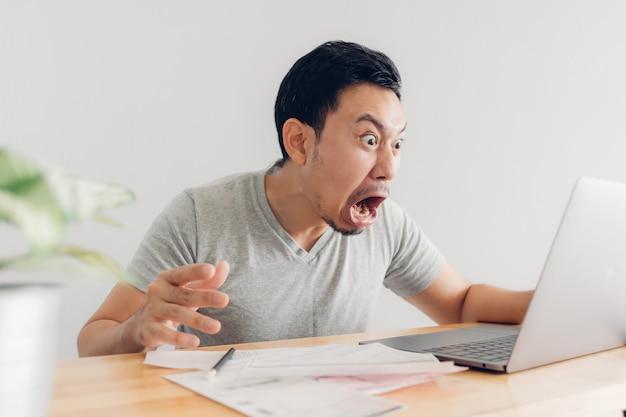 У потрясенного и удивленного человека есть проблемы с выставлением счетов и долгами.