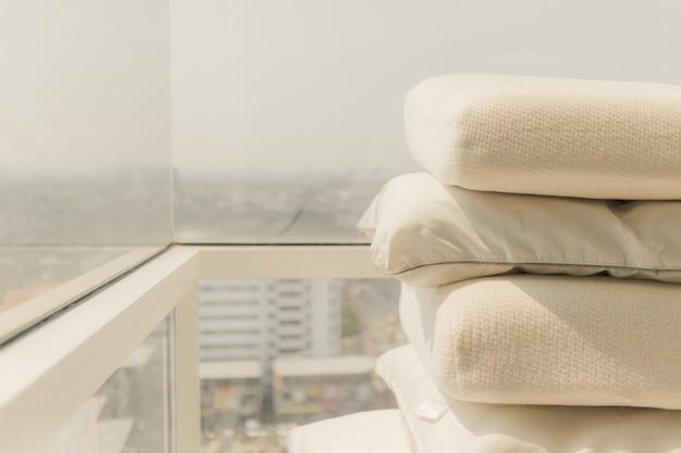 ゴム製の健康的な枕は、細菌や細菌を殺すために日光で乾燥しています。