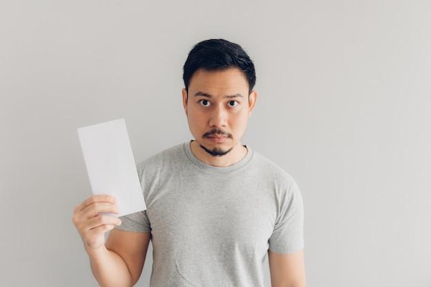 男は白いメールメッセージや請求書を読んでいます。