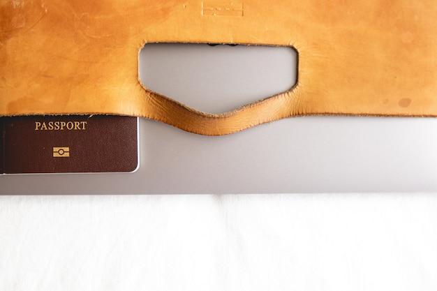 Кожаный чемодан с паспортом и ноутбуком
