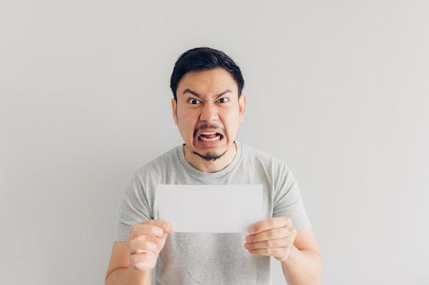 男は白いメールまたは請求書に腹を立てている。