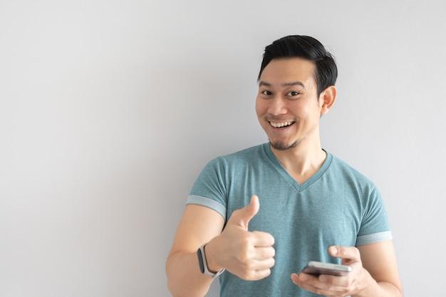 Человек показывает отличное мобильное приложение.