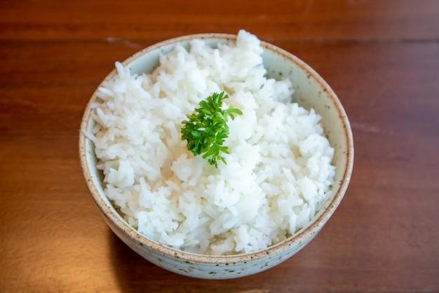 Малый шар белого риса с овощем украшенный на верхней части.