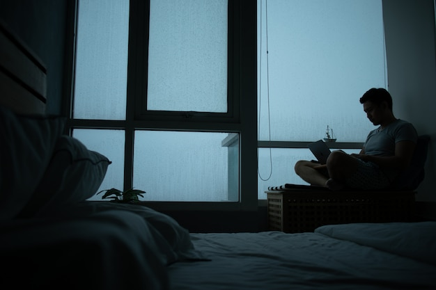 外で雨が降っている部屋の悲しい雰囲気。