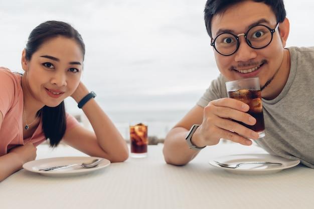 ビーチのレストランでデートをしている恋人のカップル。