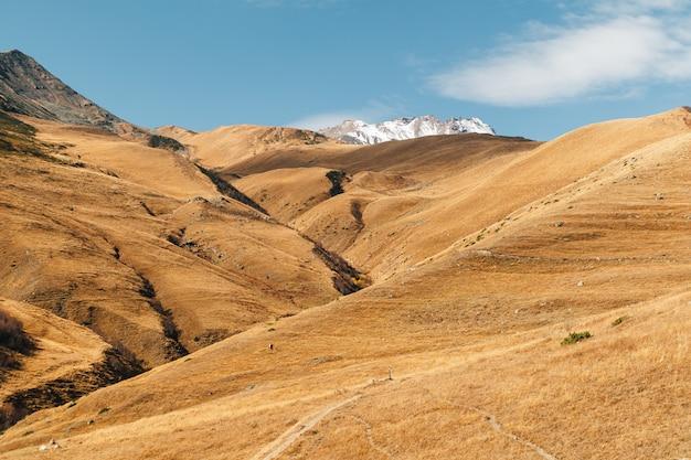 ヨーロッパの鮮やかな青い空とカラフルな山の風景を見る。