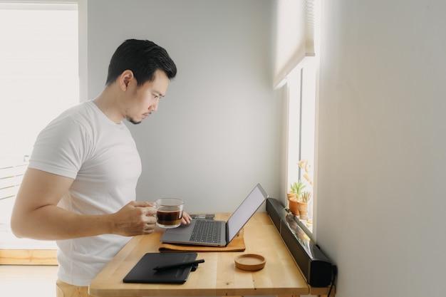 Азиатский фрилансер человек думает и работает на своем ноутбуке. концепция внештатных творческих работ.
