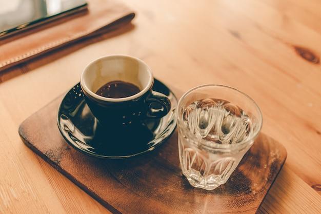 Набор кофе эспрессо чашка со стаканом воды.