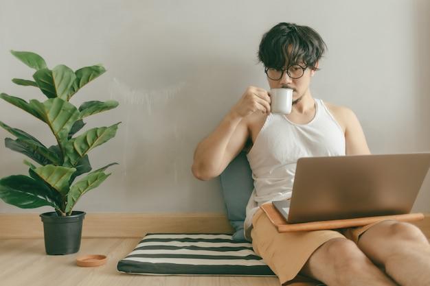 Человек работает в своей гостиной своей квартиры в концепции работы из дома.