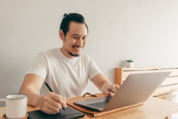 Счастливый человек работает в своей квартире