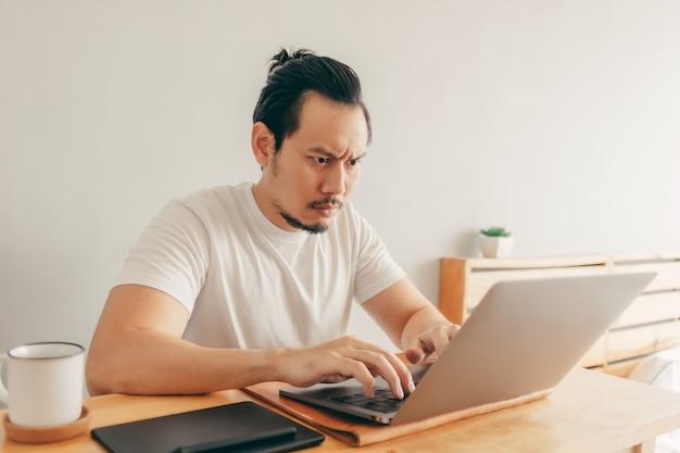 Серьезный человек работает в своей квартире