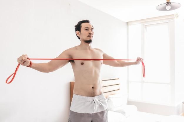 Человек растяжения мышц с сопротивлением группы.