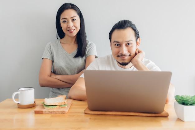 Счастливый человек работает онлайн с поддержкой его жены