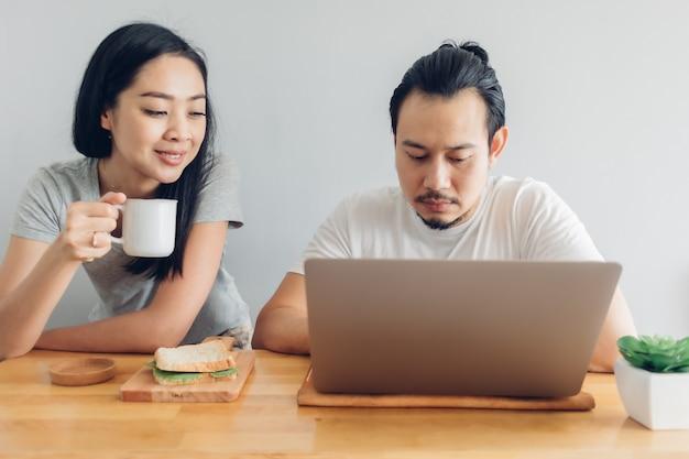 Человек работает онлайн с поддержкой его жены