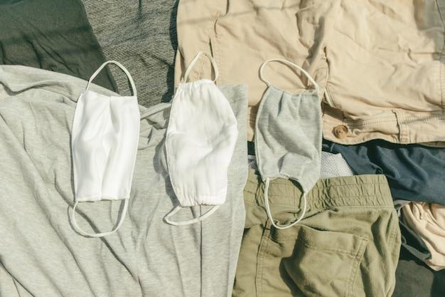 ウイルスを殺すために高温の太陽の下で乾燥される衛生的なマスクと衣服。
