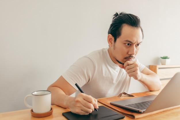 Человек работает в своей квартире в концепции работы из дома.