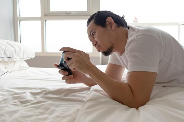 モバイルゲームに夢中になっていて、家にいるときに失うゲーム。