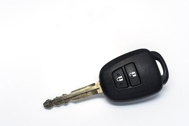 白い背景で隔離された車のキー
