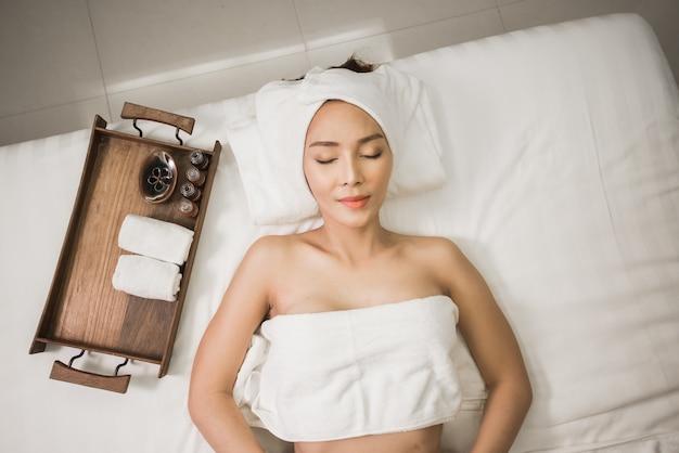 アジア女性のベッドでのマッサージ療法