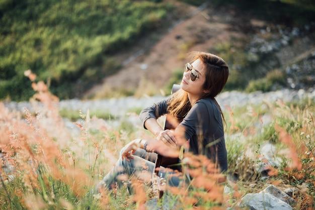 ギターのポートレートアジア女性