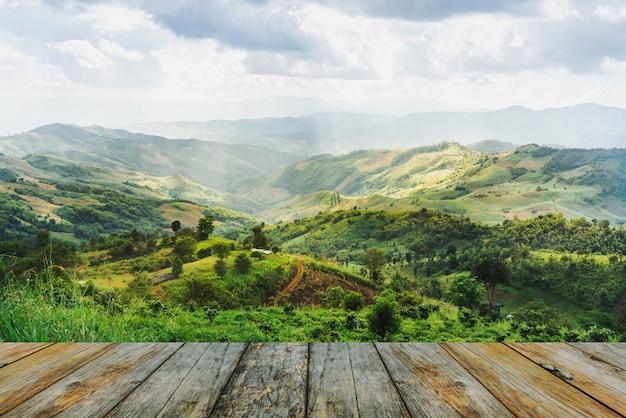 木製のテラスと山々