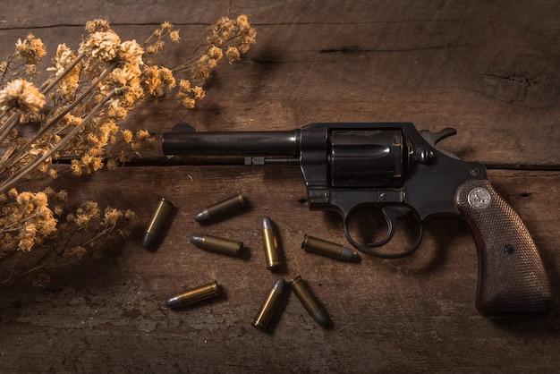 木製テーブル上の拳銃