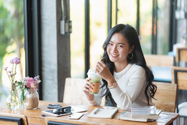カフェで働くかわいい女の子