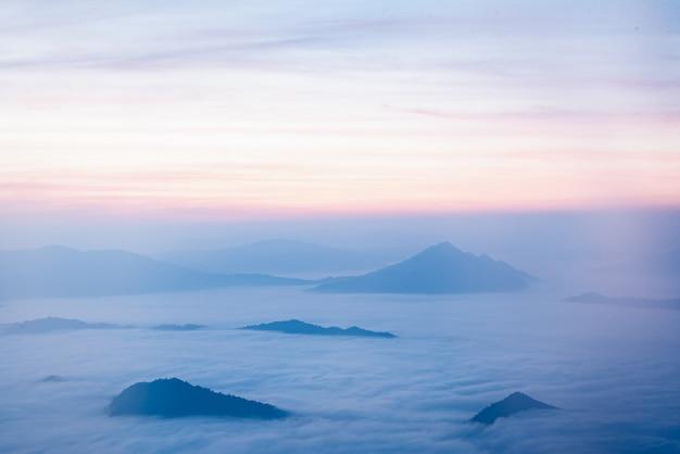 山と霧のチェンライ、タイ